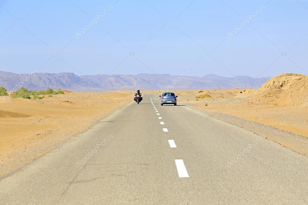 Driving through the Sahara Desert in Maroc