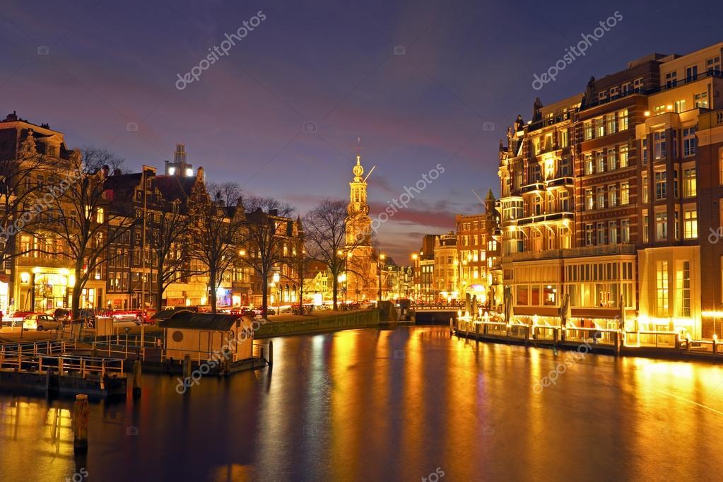 pintoresca ciudad de amsterdam en holanda por la noche u foto de stock
