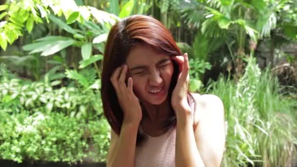 Frau mit Kopfschmerzen, Migräne, Stress, Schlaflosigkeit, Kater: Stativ hd