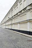 Cihlová zeď a dlažby sestup