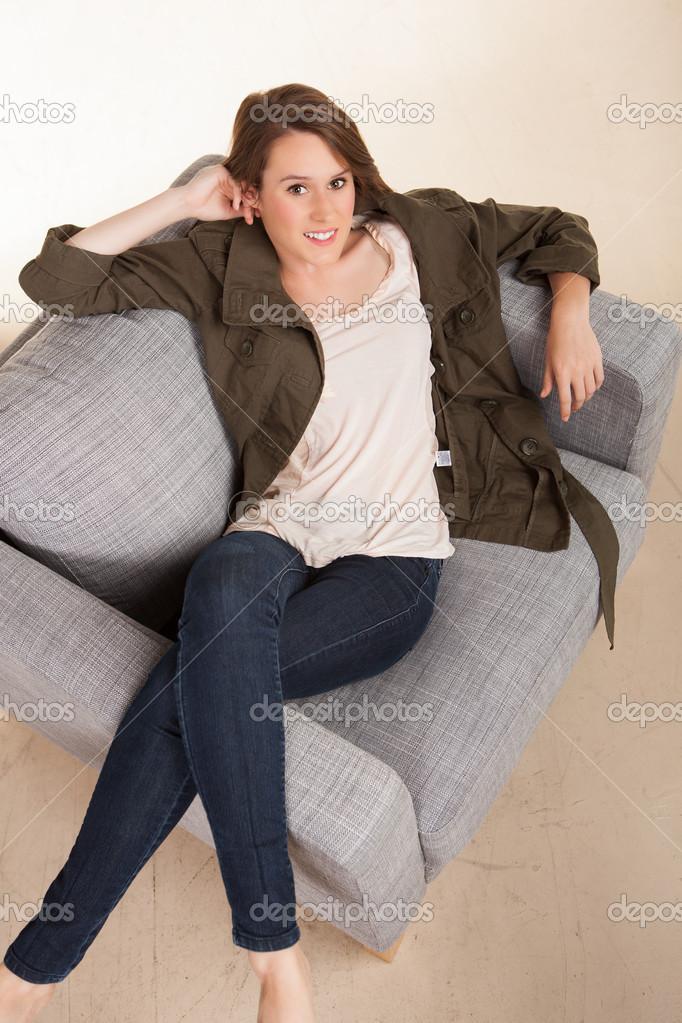 attraktive wei e frau zu hause entspannen stockfoto. Black Bedroom Furniture Sets. Home Design Ideas