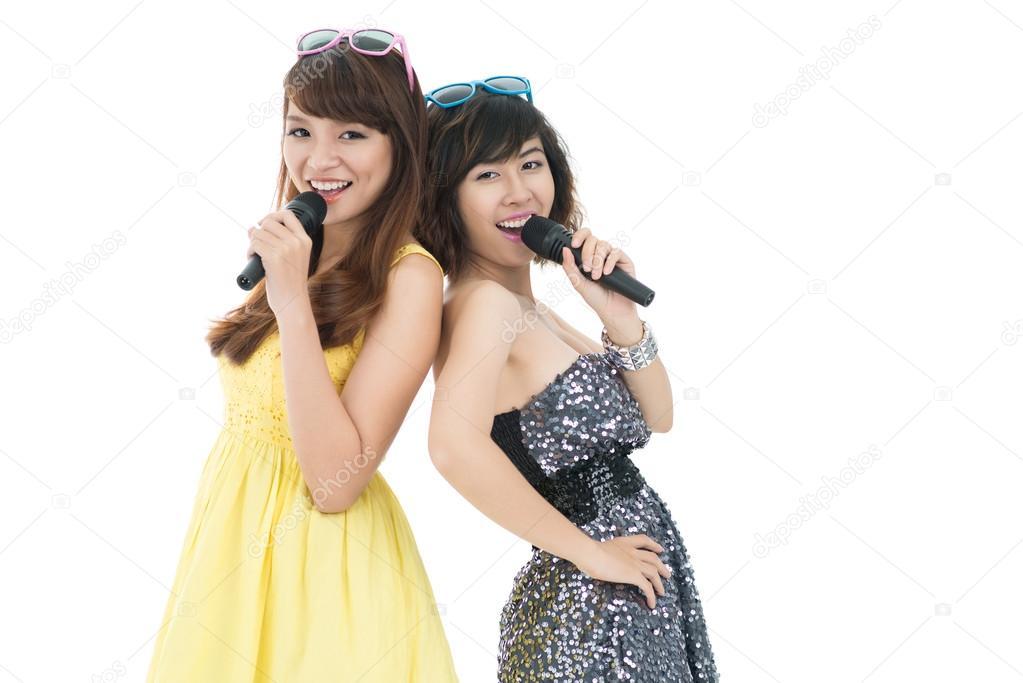 877bfec43dc Κομψό τραγουδιστές — Φωτογραφία Αρχείου · Δύο νεαρά κορίτσια χαρούμενος που  τραγουδώντας με ΜΙΚΕΣ — Εικόνα από ...