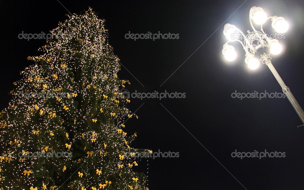 kerstboom verlichting inhuldiging milano itali stockfoto