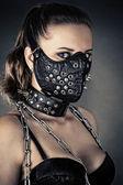 Fotografie brutale Frau mit Maske spikes