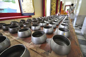 Malé almužny mísa v chrámu, cestování v Asii, Thajsko