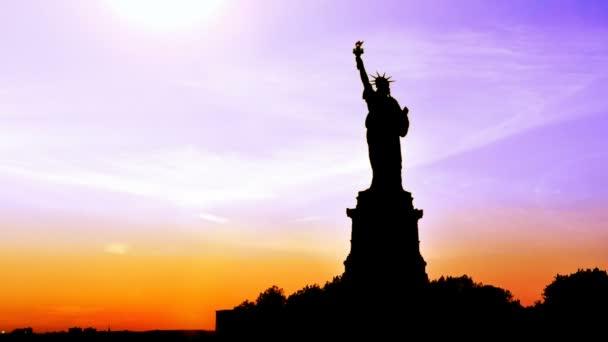 a naplemente Szabadság-szobor.