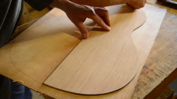 琴师木材中绘制的形状的吉他