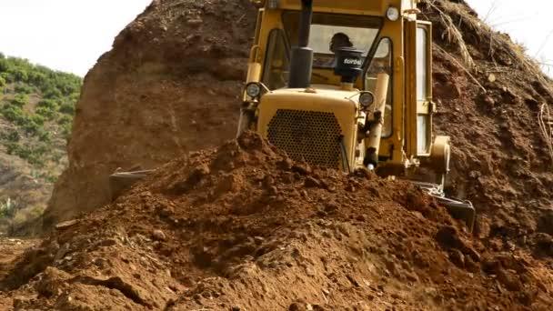 Bulldozer arbeitet mit Land
