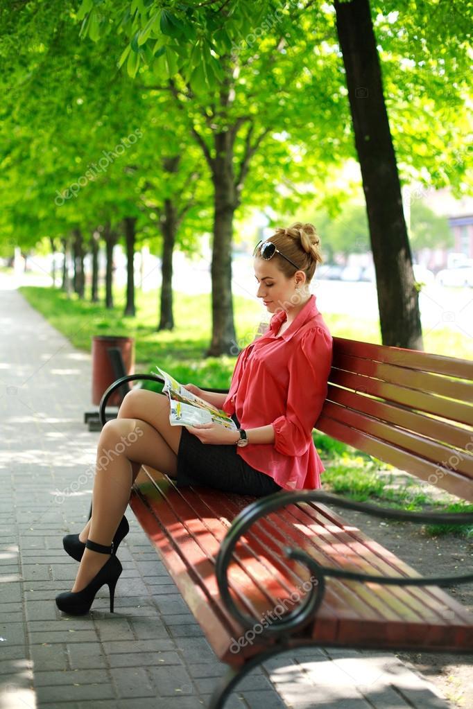 Ебет девку в парке на скамейке видео Так