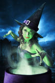 Hexe mit ihrem Kessel auf Halloween-Nacht