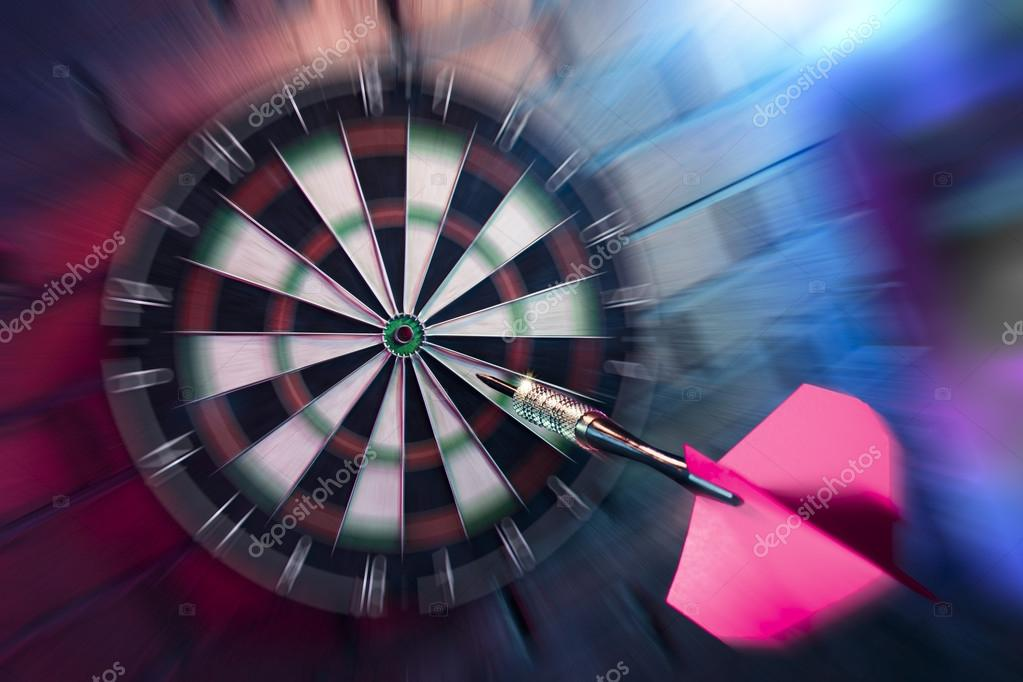 https://st.depositphotos.com/1653909/4590/i/950/depositphotos_45904597-stockafbeelding-dart-over-te-raken-doel.jpg