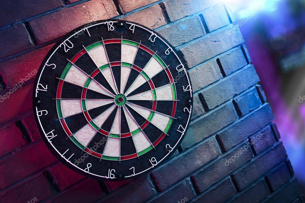 dartbord op een bakstenen muur met dramatische verlichting foto van fergregory