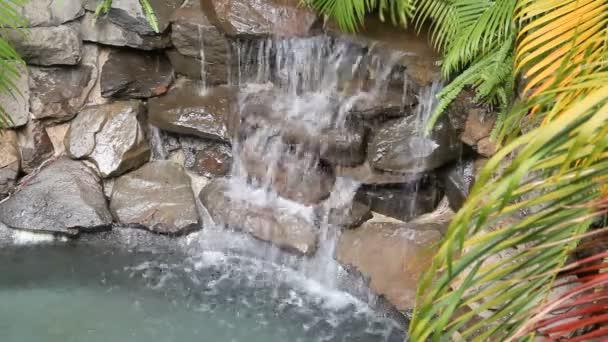 vodopád na skalách