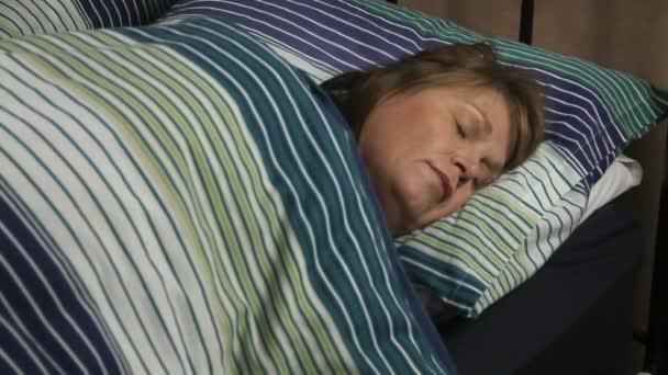 spící žena otočí zpět