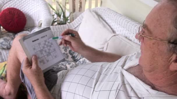 muž hraje sudoku tilt