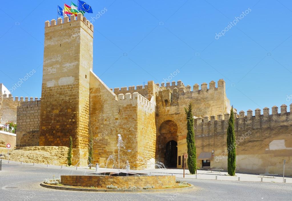 Alcazar puerta de sevilla con una fuente en primer plano for Puerta de sevilla carmona