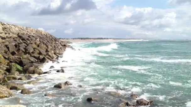 Tengeri hullámok ütő a sziklák