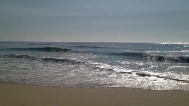 mořské vlny na písek