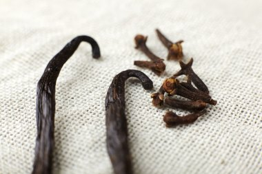 Spice cloves and vanilla.