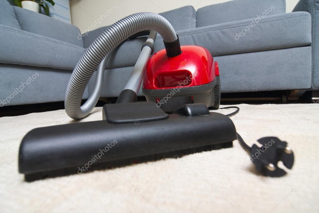 stofzuiger aan het opruimen van de woonkamer — Stockfoto ...