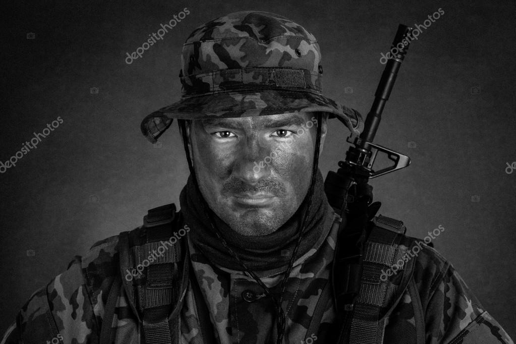 Orman Kamuflaj Boya Ile Genç Asker Stok Foto Rajen1980 47642359