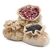 Fotografie rote Kidneybohnen, schwarze Bohnen und schwarzäugige Bohnen in den Säcken