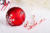 Candy hole a červené a stříbrné vánoční koule