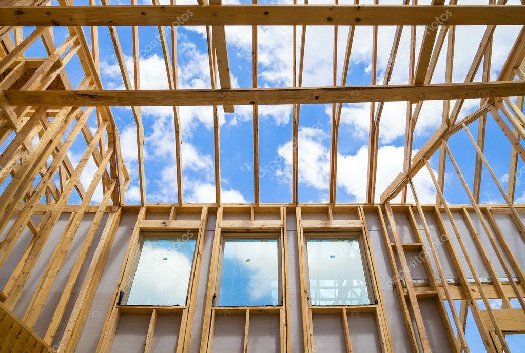 encuadre casa de nueva construcción contra el cielo — Foto de stock ...