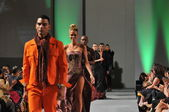 Nový York-16.září: Modely chodit dráha v domingo výstavě Josef na Waldorf Astoria na jaře létě 2013 během couture týdnu módy na 16.září 2012 v New York City
