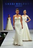 New york-14. října: modely procházky dráhy sassi holford svatební show podzim 2013 ny Svatební móda týden 14 října 2012 v new Yorku, ny