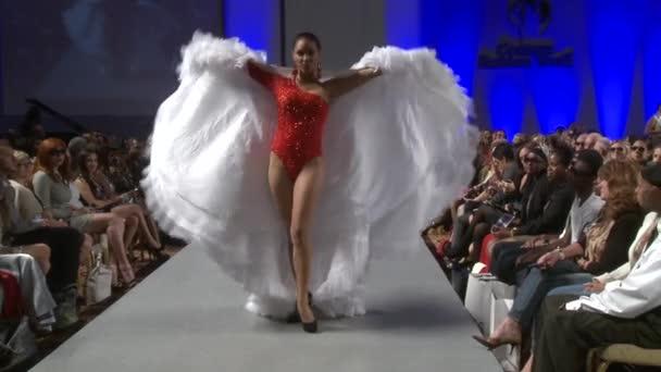 New york - 17. září: model procházky dráhy na ariel Cedeño show v hotelu waldorf astoria pro ss 2013 během couture módního týdne v září 17, 2012 v new Yorku, ny