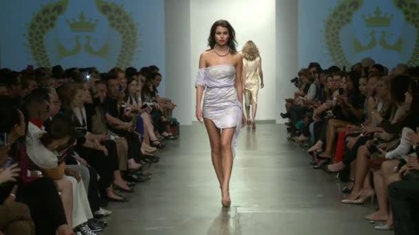 New york - 12. září: model chodí dráha v ybcouture show na molu 59 pro jaro léto 2013 během týdne módy nolcha září 12, 2012 v new Yorku, ny