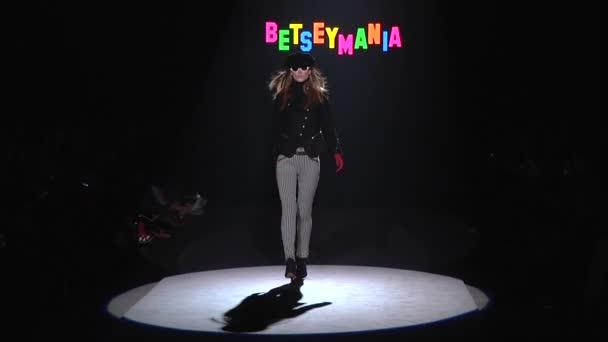 New York Februar 13 Modell geht Landebahn für Betsey Johnson Sammlung während der Fashion Week am Lincoln center in Manhattan am 13. Februar 2012 in New York city
