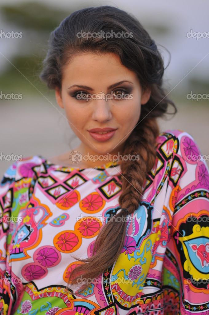 35e140a34 Hermosa morena modelo posando bastante en playa tropical colorido vestido  corto diseñadores — Foto de Stock