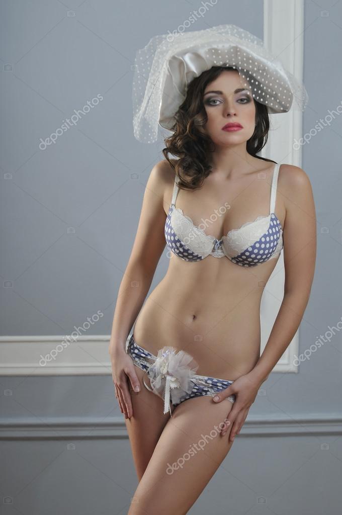 Молодий сексуальне жіноча білизна моделі носіння ретро стиль нижньої білизни  і весільні капелюхи– стокове зображення 93b135cffa135