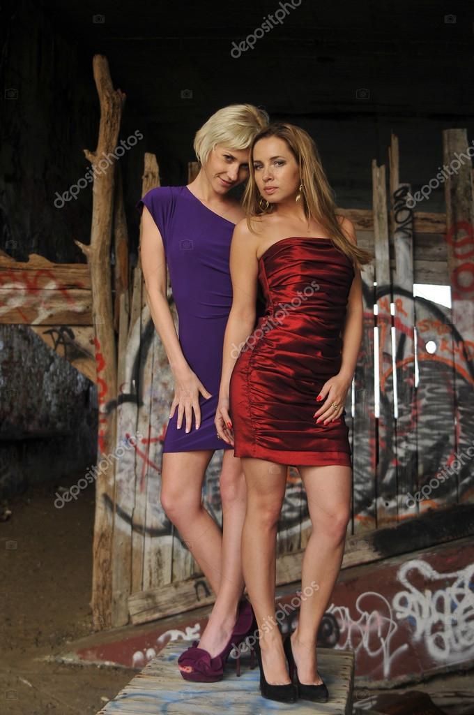 zwei Mädchen tragen bunte Prom Kleider vor Ort — Stockfoto ...