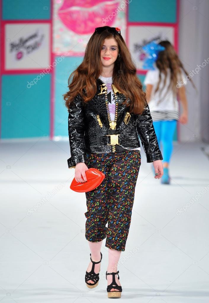 b12c24a460f6 Лос-Анджелес - 13 марта  модели прогулки взлетно-посадочной полосы на показ  мод осень зима 2013 голливудские дети во время недели моды стиль в vibiana  ...
