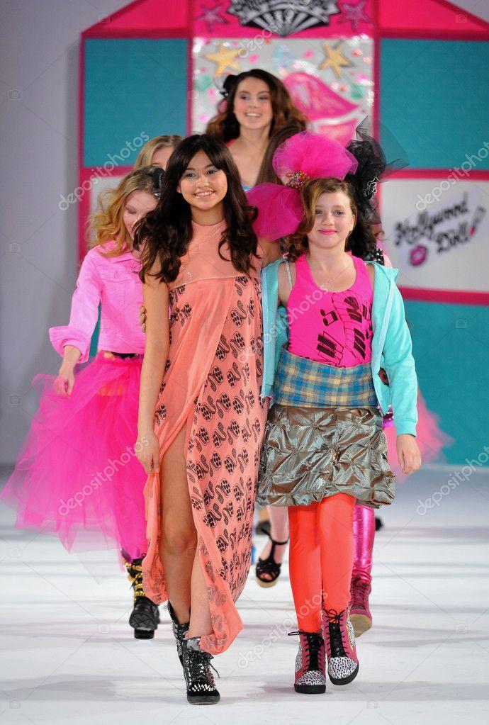 36031a98d90b Лос-Анджелес - 13 марта  модели ребенок ходить взлетно-посадочной полосы на показ  мод осень зима 2013 голливудские дети во время недели моды стиль в vibiana  ...