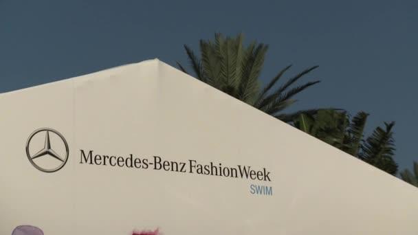 Miami - 19. července: Celkový pohled módní stan a hlavním vchodem do plavat Mercedes-Benz Fashion Week v Railegh hotelu na 19 července 2012 v South Beach Miami, Fl