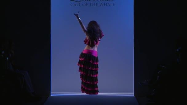 Miami - 19. července: Tanečník provádí na dráze v Lisa Blue plavat kolekce pro jaro léto 2013