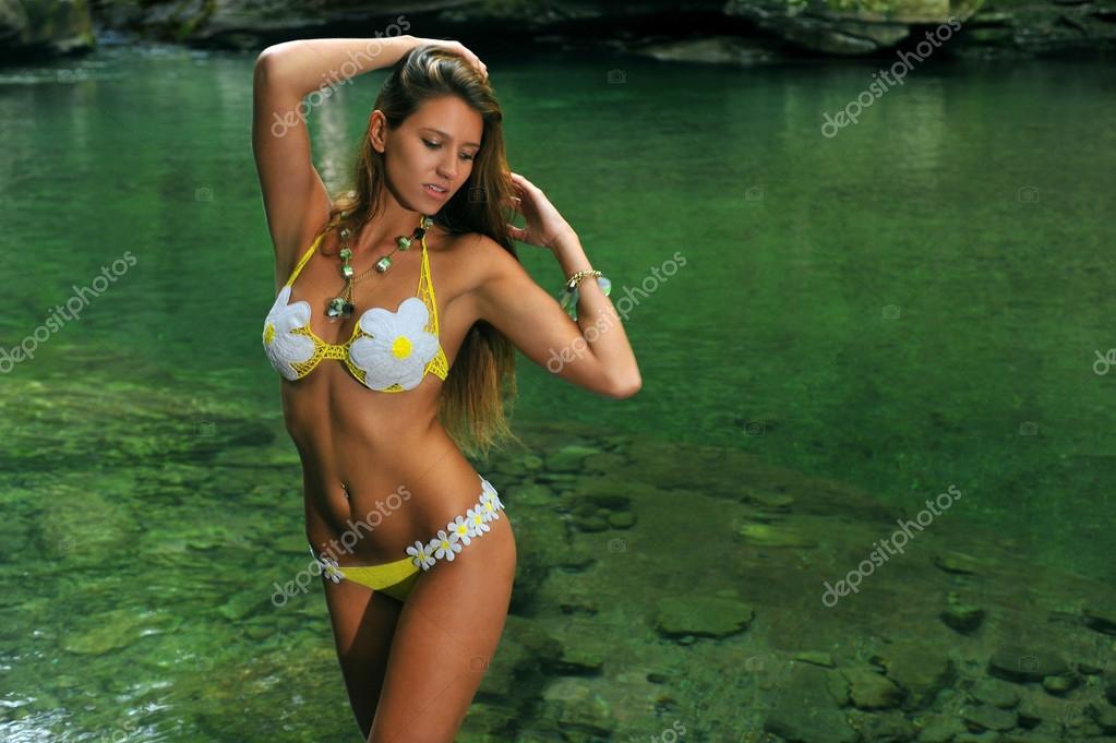 Sexy mladá žena pózuje v značkové plavky na exotické místo horské řeky–  stock obrázky 4ce578ce35