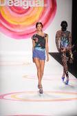 A modell sétál a kifutópályán a Desigual tavaszi 2014 divatbemutató