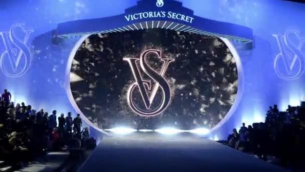 finále dráhy v victoria secret módní přehlídka