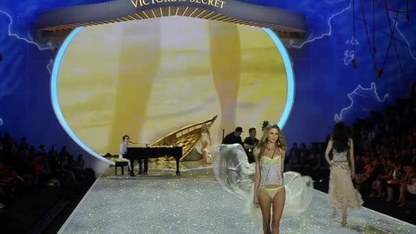 Shipwrecked part at 2013 Victorias Secret Fashion Show