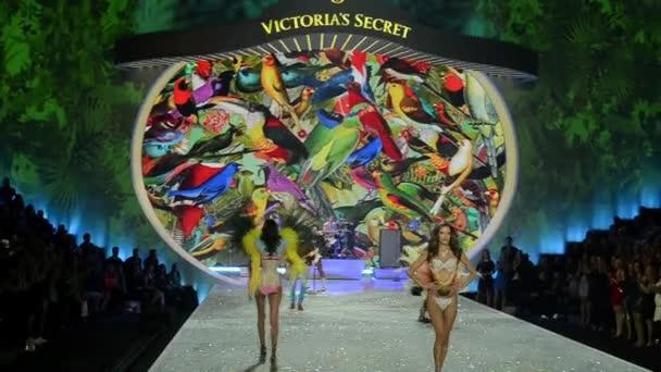 rajky část Viktoriina tajemství módní show