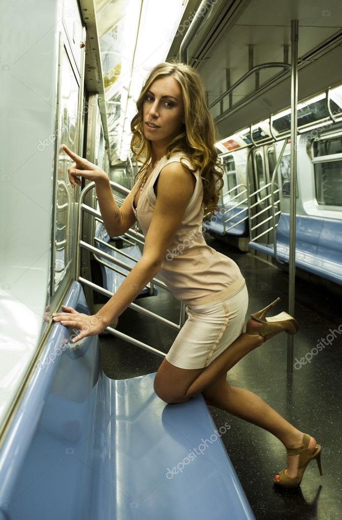Сексуальная телочка в платье, порно нарезка оральный трах