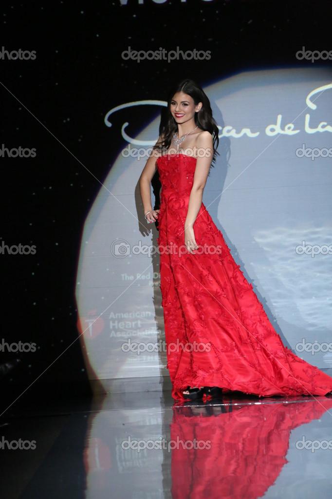 Victoria Justice tragen Oscar De La renta — Redaktionelles Stockfoto ...