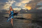 Fotografia modello in posa in spiaggia