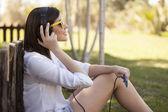 Fotografia ragazza in occhiali da sole ascoltando musica
