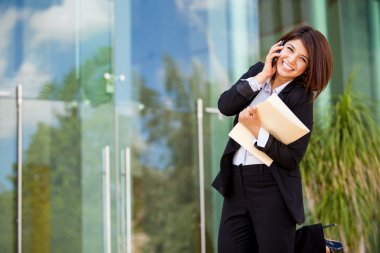 Young happy business woman calling on the phone